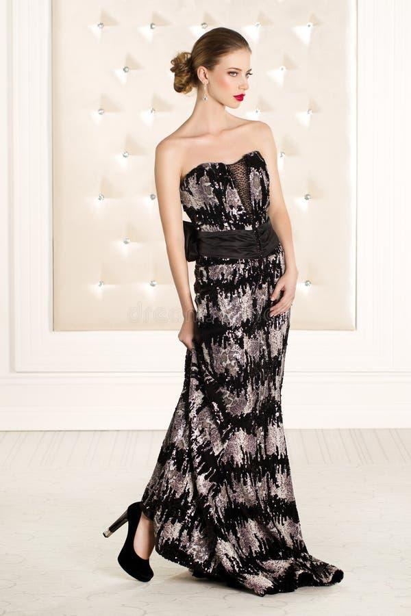 黑长的礼服的华美的妇女 免版税库存照片
