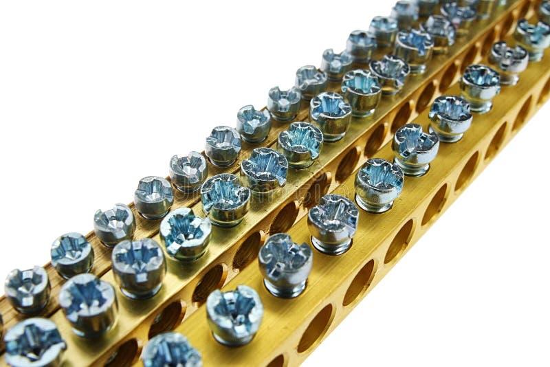 长的终端有各种各样的直径,白色背景,上部看法螺丝的板材黄铜连接器三条线  免版税库存图片