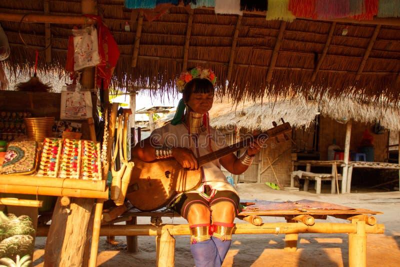 长的脖子部落在泰国-唱传统歌曲的妇女 免版税库存图片