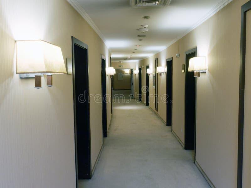 长的覆盖着的旅馆走廊 免版税库存图片