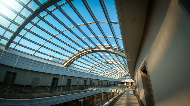 长的走廊和玻璃屋顶圆顶的抽象建筑学图象在现代大厦 库存图片
