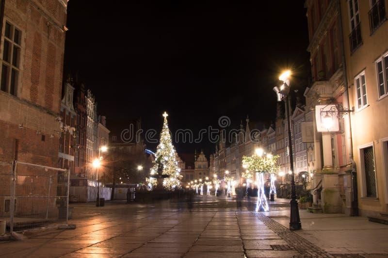 长的车道在格但斯克老镇有圣诞节装饰的在晚上 库存图片
