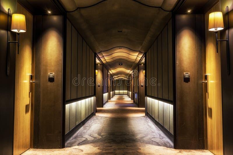 长的黑暗的旅馆走廊 库存照片