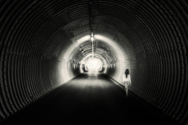 长的黑暗的隧道,圈子形式 点燃在末端 免版税图库摄影