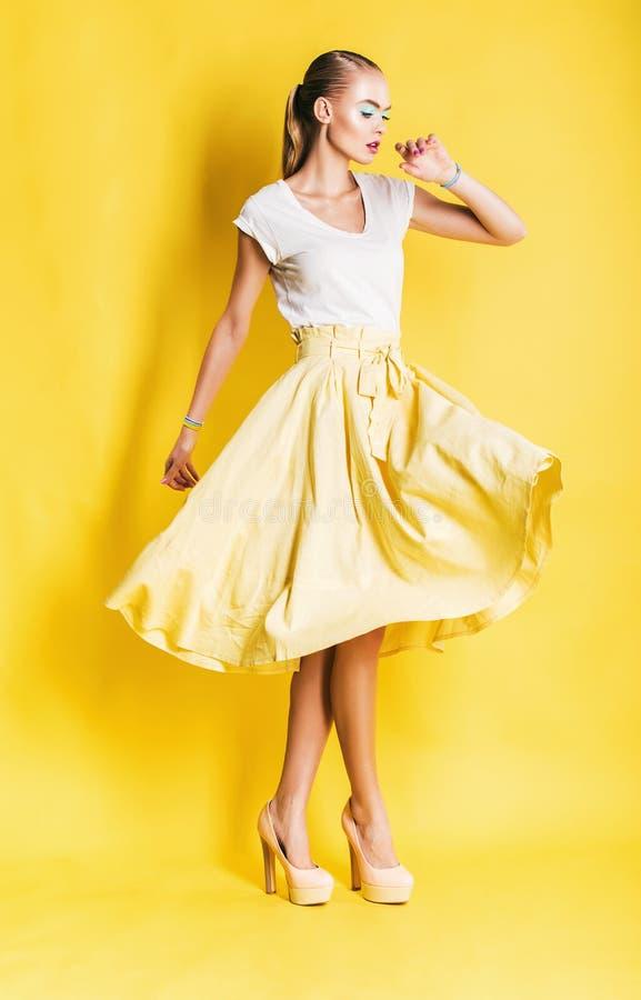 长的黄色裙子的性感的跳舞妇女 免版税库存照片