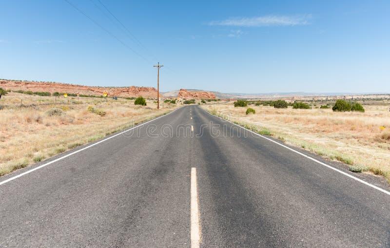 长的直路向前通过新墨西哥,美国沙漠  图库摄影