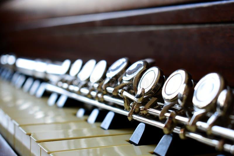 长笛C放置在钢琴钥匙的 库存图片