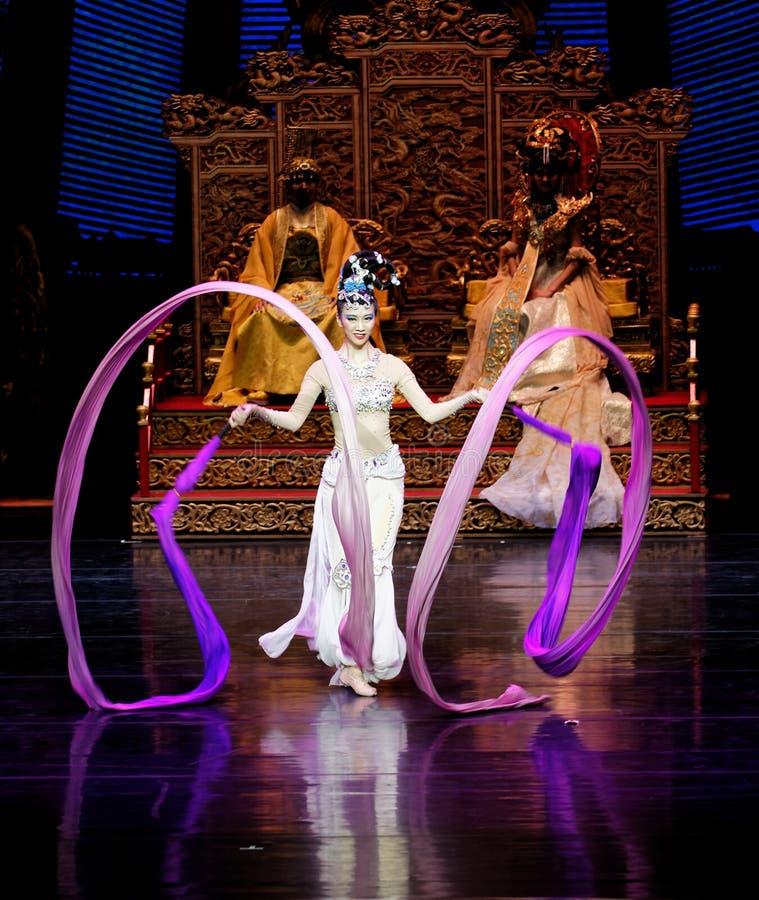 长袖的宫廷舞蹈其次5-The行动:在宫殿史诗舞蹈戏曲`丝绸公主`的一个宴餐 图库摄影