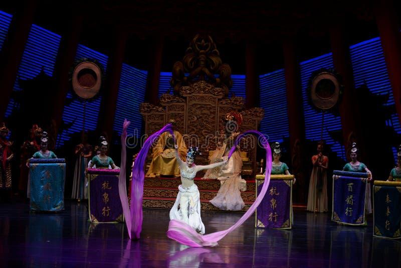 长袖的宫廷舞蹈其次6-The行动:在宫殿史诗舞蹈戏曲`丝绸公主`的一个宴餐 图库摄影