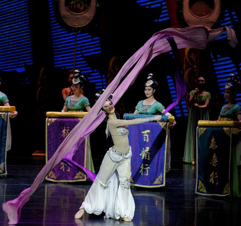 长袖的宫廷舞蹈其次7-The行动:在宫殿史诗舞蹈戏曲`丝绸公主`的一个宴餐 库存图片