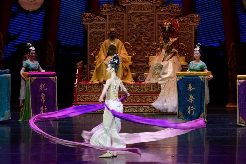 长袖的宫廷舞蹈其次8-The行动:在宫殿史诗舞蹈戏曲`丝绸公主`的一个宴餐 库存照片
