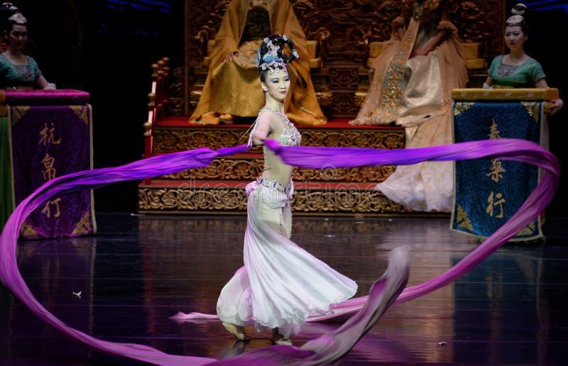长袖的宫廷舞蹈其次8-The行动:在宫殿史诗舞蹈戏曲`丝绸公主`的一个宴餐 图库摄影