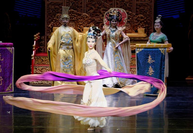长袖的宫廷舞蹈其次9-The行动:在宫殿史诗舞蹈戏曲`丝绸公主`的一个宴餐 库存图片