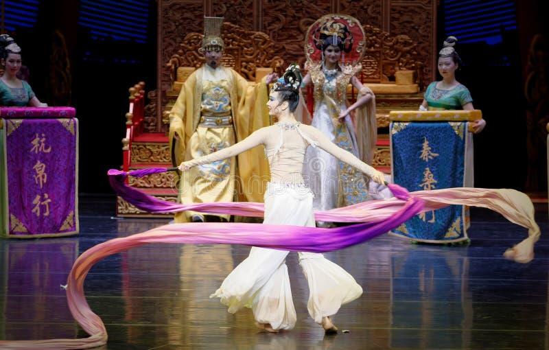 长袖的宫廷舞蹈其次9-The行动:在宫殿史诗舞蹈戏曲`丝绸公主`的一个宴餐 库存照片