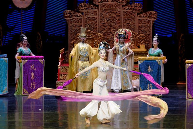 长袖的宫廷舞蹈其次9-The行动:在宫殿史诗舞蹈戏曲`丝绸公主`的一个宴餐 图库摄影