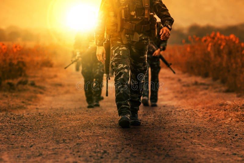 长距离巡逻军事军队队伍  免版税库存照片