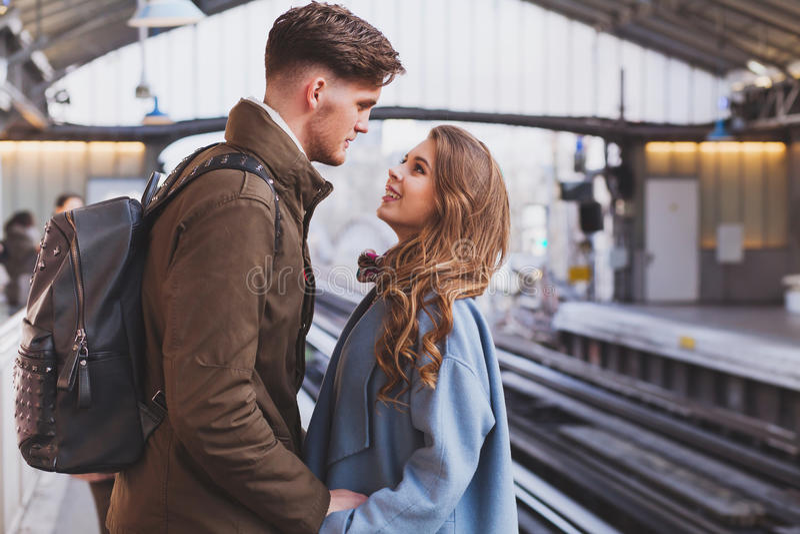 长途关系,在火车站的夫妇 免版税图库摄影