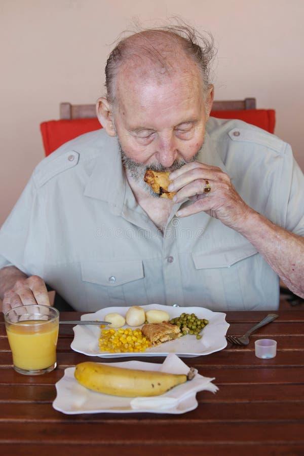 年长食人的健康午餐在关心家 免版税库存照片