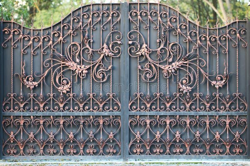 门到庭院里,从街道的门视图 库存照片