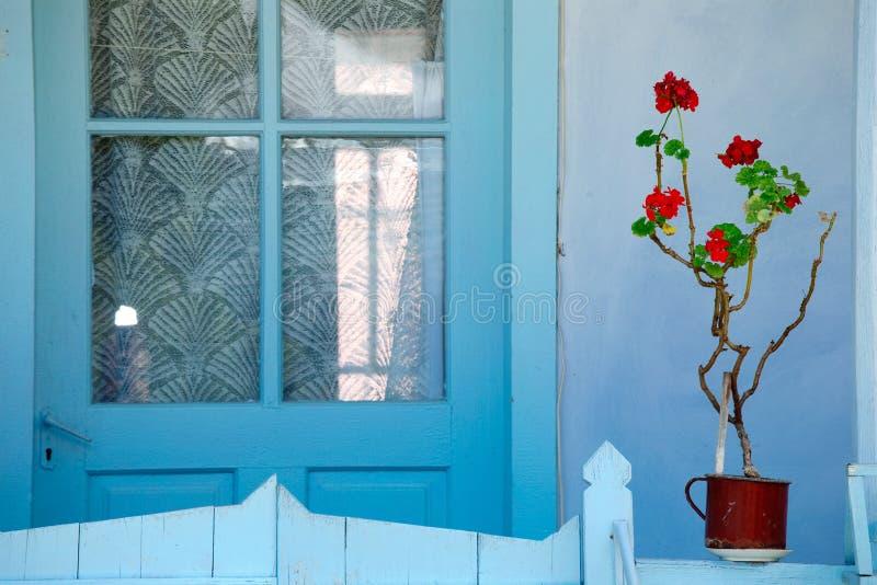 门前房子 免版税库存照片
