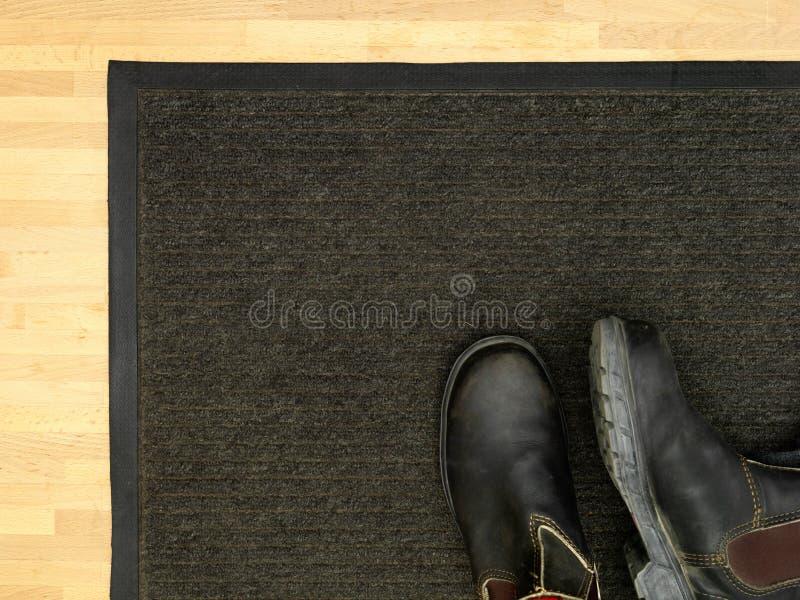 门前的擦鞋棕垫 免版税图库摄影