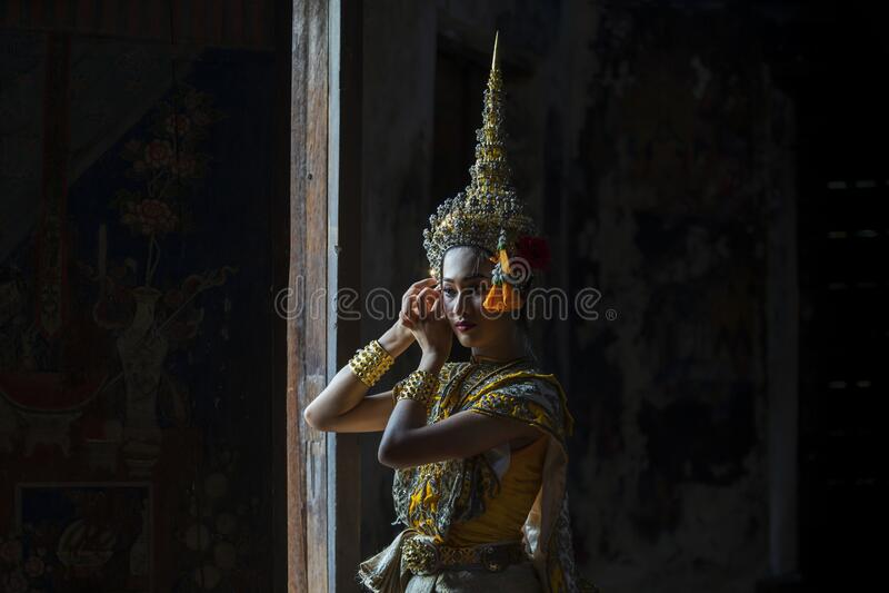 门前藏着一位为拉米亚穿传统服装的亚洲女子 苏万纳马查是托萨坎特的女儿 库存图片