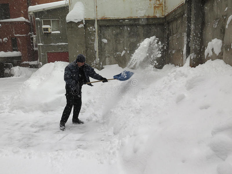 门卫 自然灾害冬天,飞雪,大雪麻痹了城市,崩溃 积雪旋风欧洲 免版税库存照片