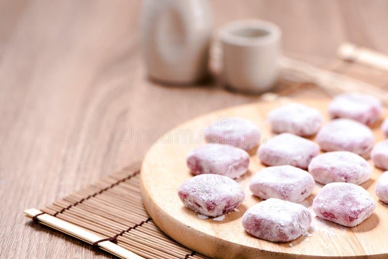 门司, Kagami mochi, Mochiko,甜在木桌,日本swee上 免版税库存图片