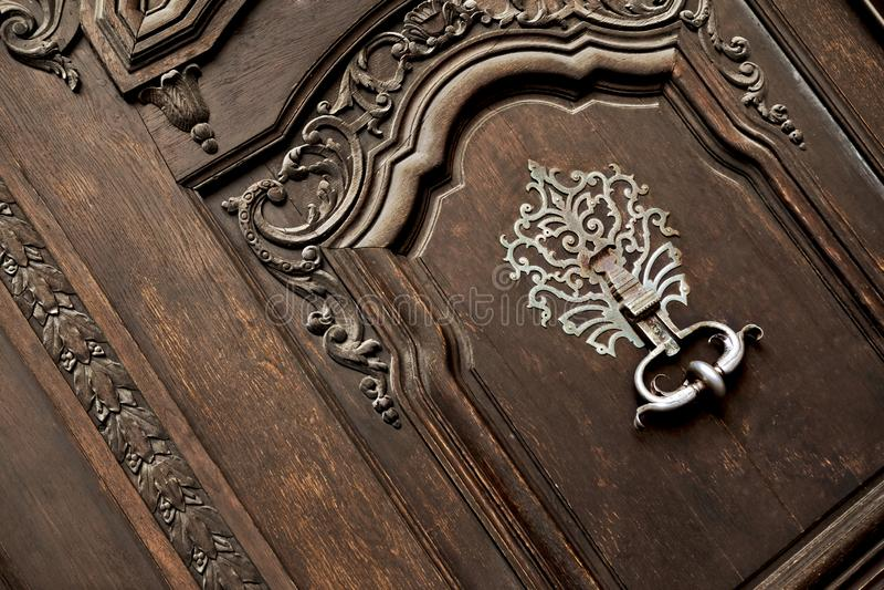 门和敲门人 免版税库存图片