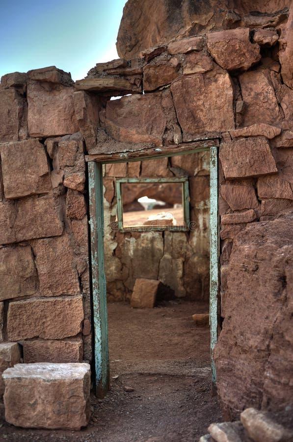 门和窗口对沙漠原野 免版税库存图片