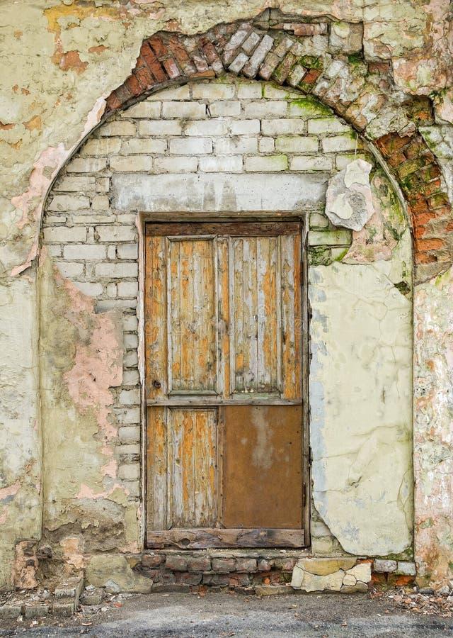 门和被成拱形的入口 免版税库存图片