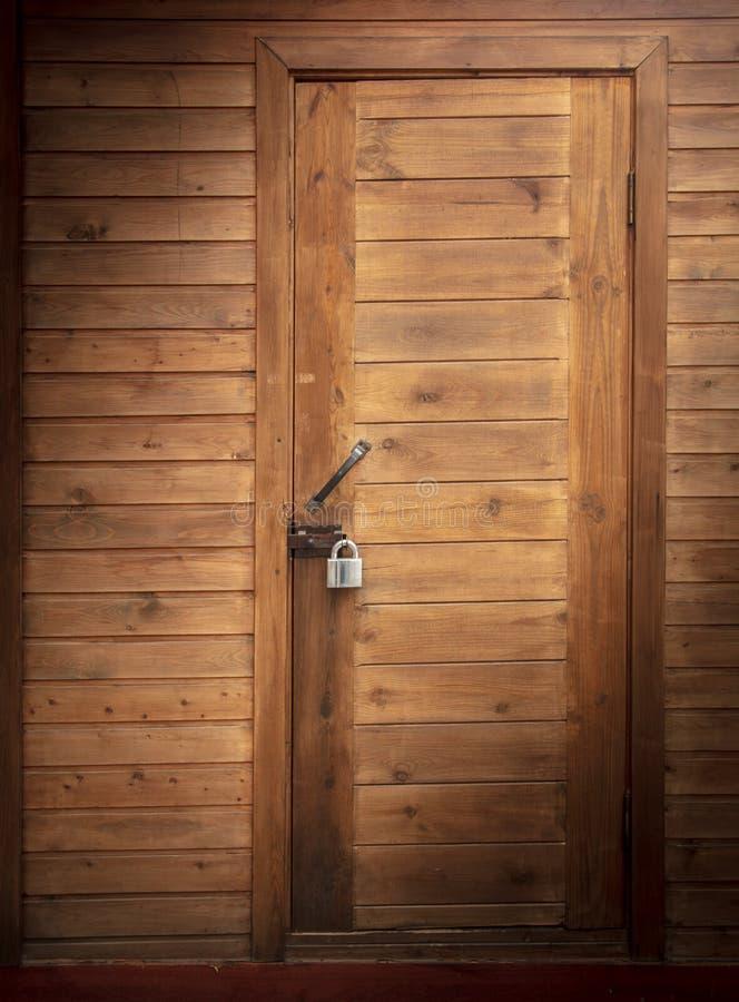 门在作为背景的木房子里 免版税库存图片