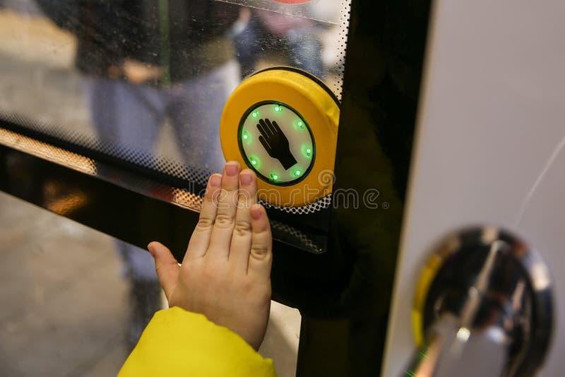 门在公共交通工具的开头按钮 免版税库存图片