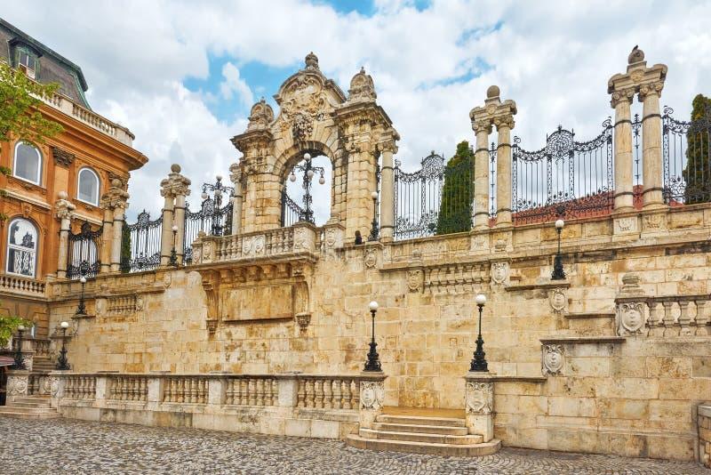 门在布达佩斯皇家城堡疆土在天时间的 H 免版税图库摄影