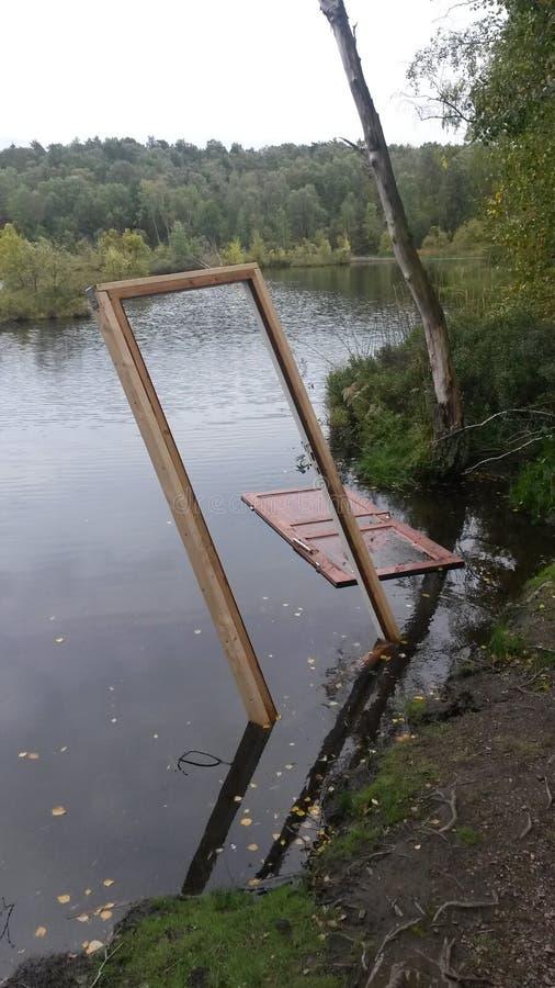 门在湖 免版税库存照片