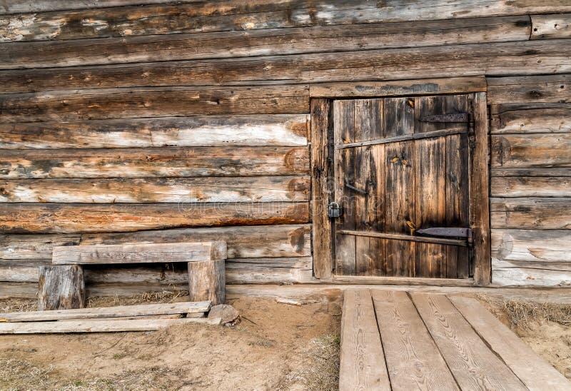 门在老木房子里 库存照片