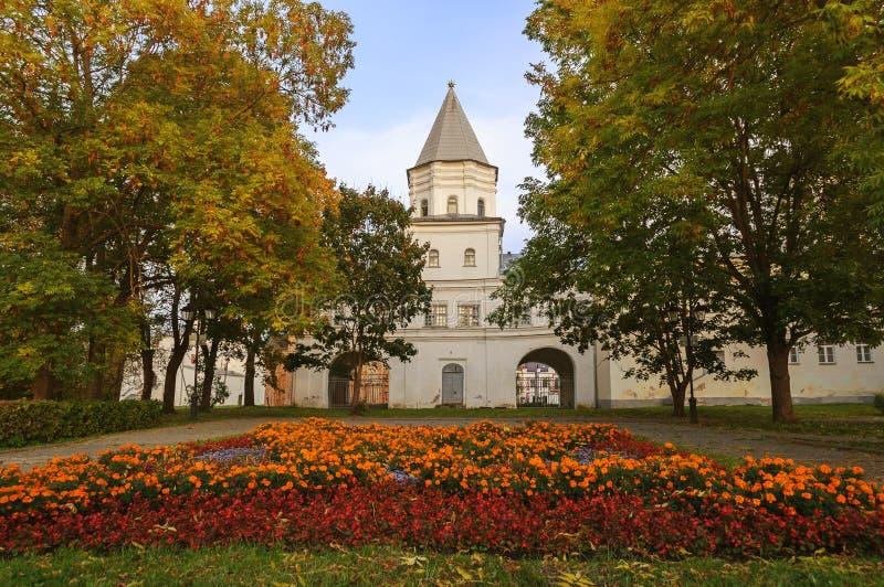 门塔在Yaroslav的庭院里 免版税库存图片