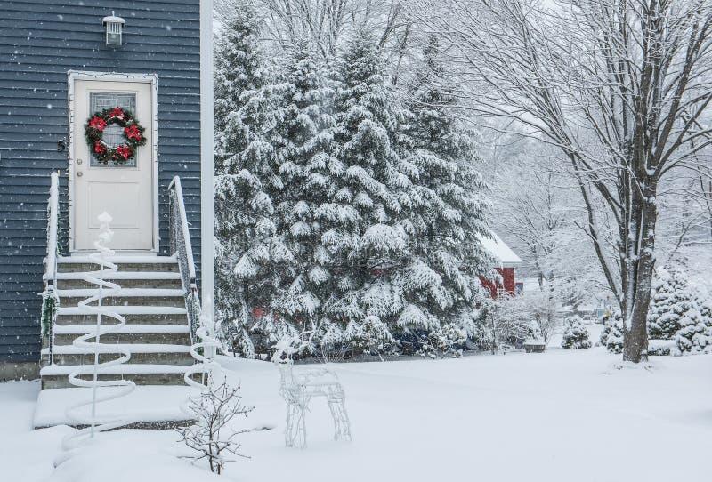 门廊有一个装饰的门的一个小屋与圣诞节 免版税库存照片