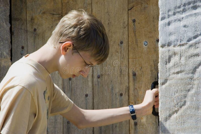 门成交的老青少年 库存照片
