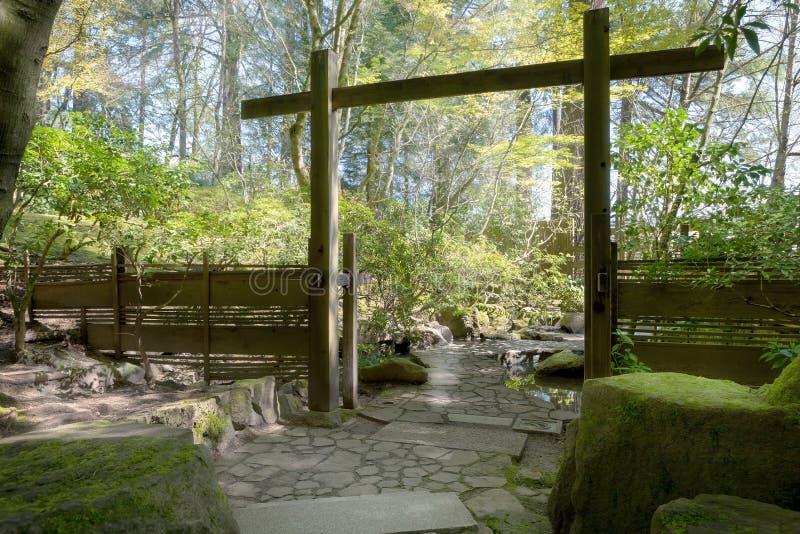 门户和石头道路在波特兰日本人庭院里 免版税库存图片
