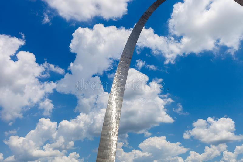 门户曲拱的看法在圣路易斯,有蓝天的w密苏里 库存图片