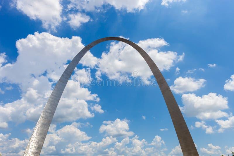 门户曲拱的看法在圣路易斯,有蓝天的w密苏里 免版税库存照片