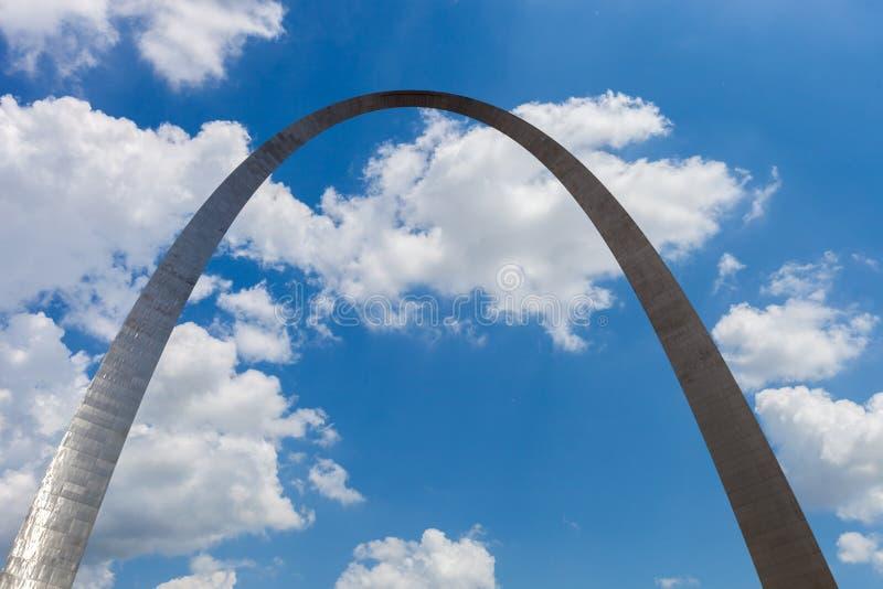 门户曲拱的看法在圣路易斯,有蓝天的w密苏里 图库摄影