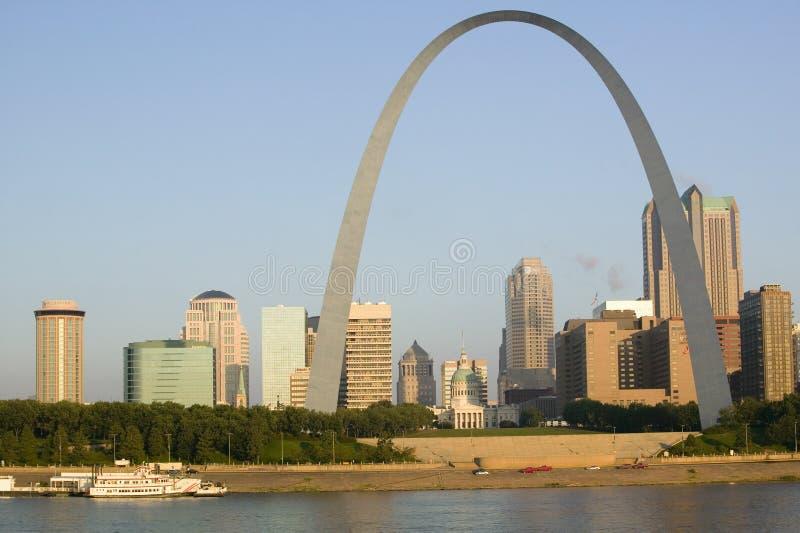 门户曲拱(对西方的门户)白天圣路易斯,日出的密苏里看法和地平线从东部圣路易斯,伊利诺伊 免版税库存图片