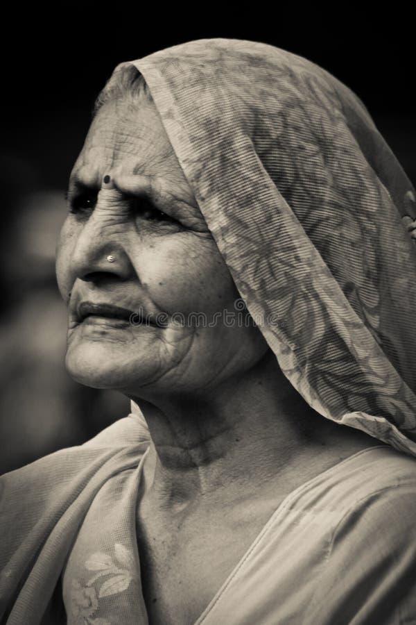 门户的年长夫人向印度,孟买,印度 库存照片