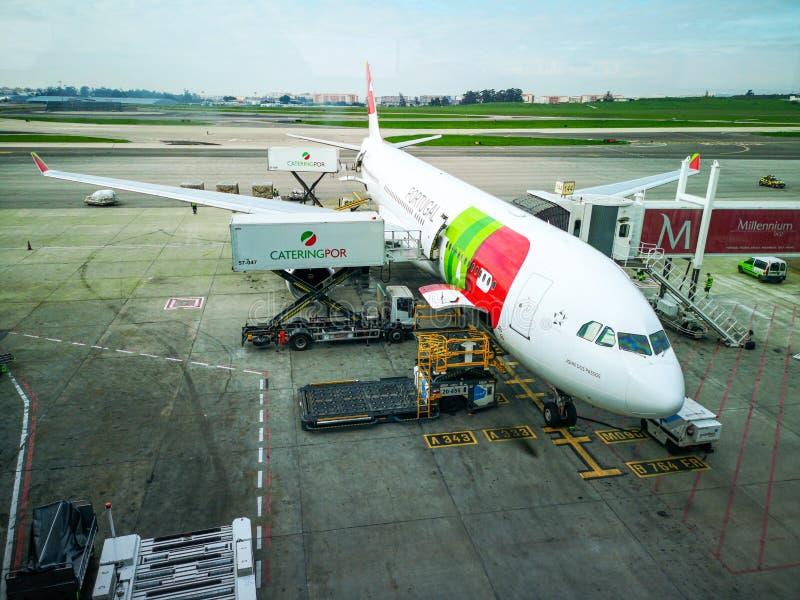 门机场,准备好的飞机采取游人 免版税库存图片