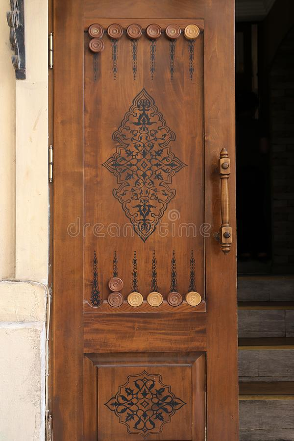 门的设计以西洋双陆棋板的形式在老镇Icheri Sheher 免版税库存照片