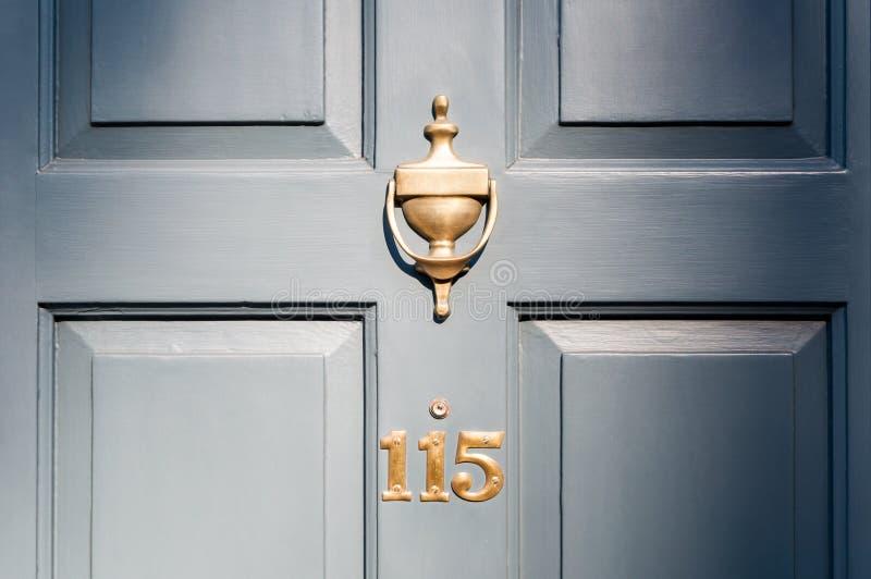 门第一百和十五和敲门人小插图神色 库存图片