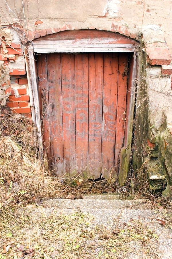 Download 门红色 库存图片. 图片 包括有 门把, 布拉索夫, 拱道, 退出, 放弃, 外部, 顽皮地, 向后, browne - 59419