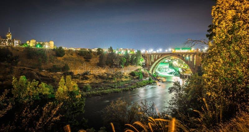 门罗街水坝和桥梁在晚上,在斯波肯, Washingto 免版税图库摄影